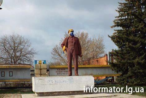 В Станиці Луганській проросійські жителі погодилися залишити прапор України в руці Леніна: фотофакт