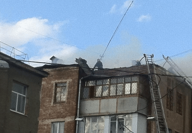 У центрі Харкова спалахнув 4-поверховий житловий будинок: впав дах