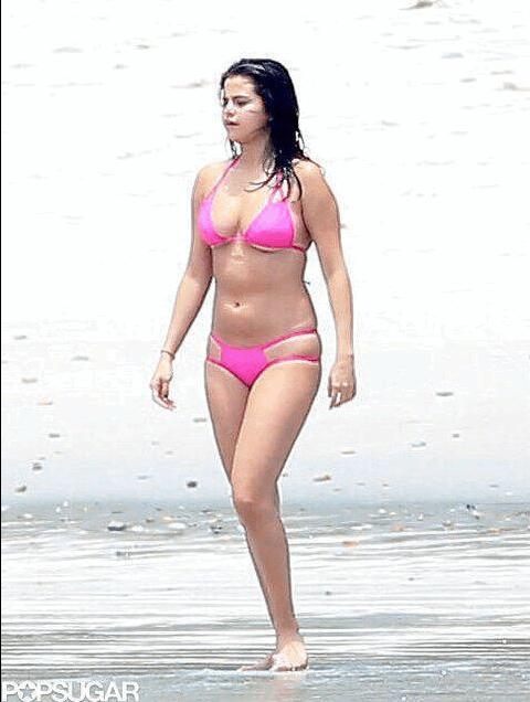 Селена Гомес показала пышную фигуру в бикини