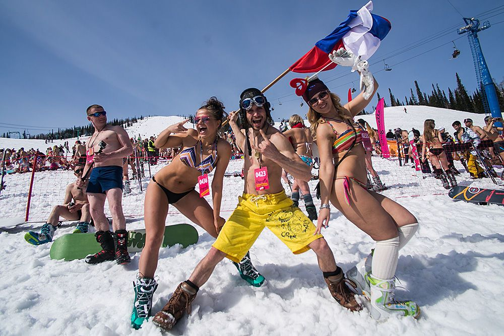 Почти две тысячи полуголых россиян скатились с горы ради рекорда