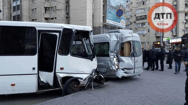 На Майдані міліцейський автобус врізався в дві іномарки: фото з місця подій
