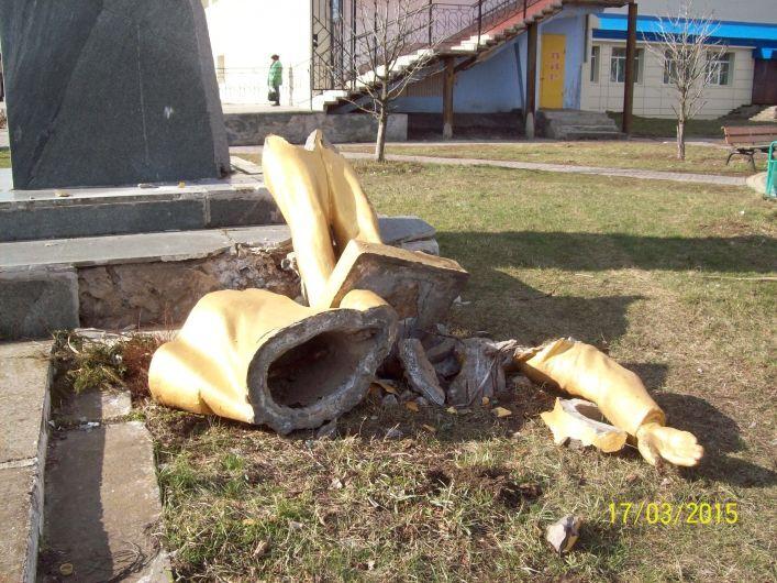 У Запорізькій області склеїли і відновили полеглого Леніна: опубліковано фото