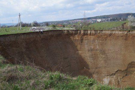 Врата ада: на Закарпатье под землю проваливается известный посёлок