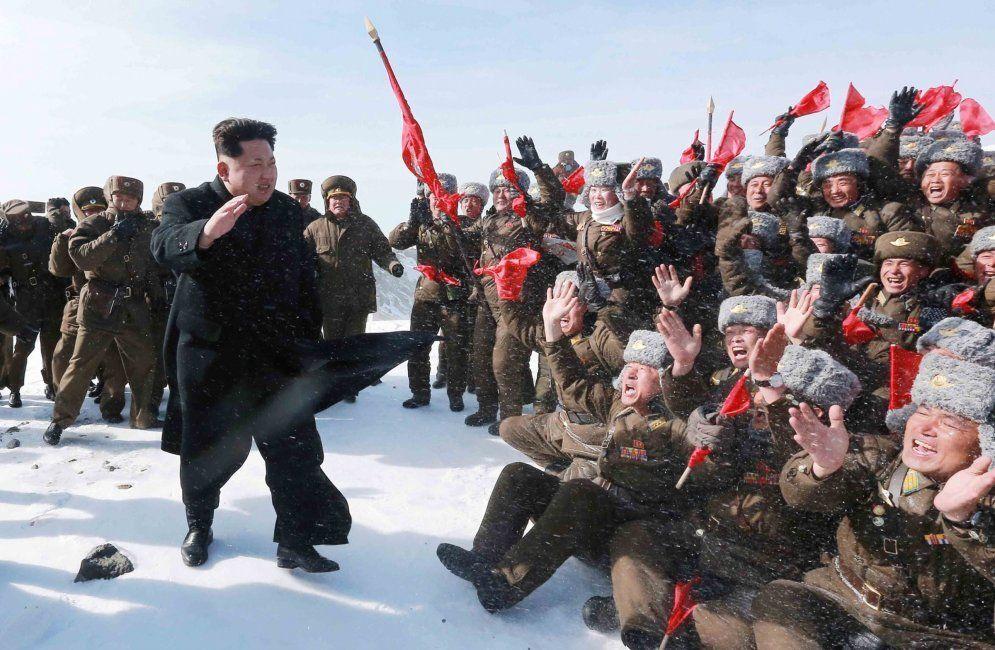 Ким Чен Ын покорил самую высокую гору КНДР в кожаных туфлях
