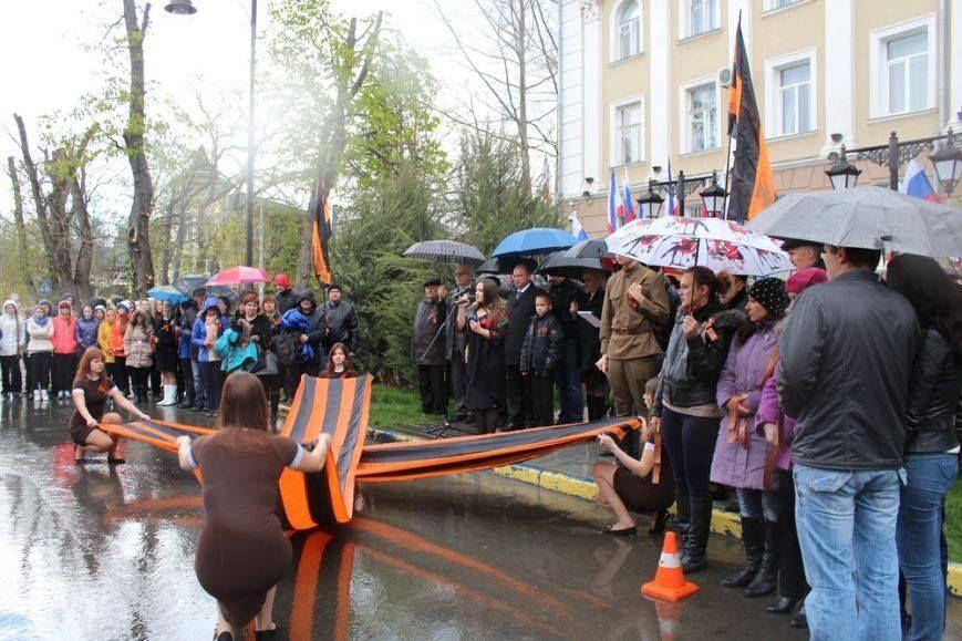 """В Крыму девушки танцевали на коленях в воде на фоне """"георгиевских"""" лент"""