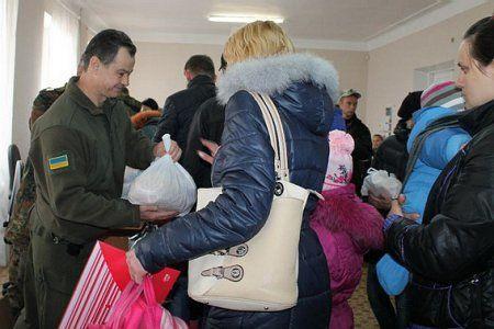 По-братски! Бойцы АТО в Артемовске отдали свою еду жителям