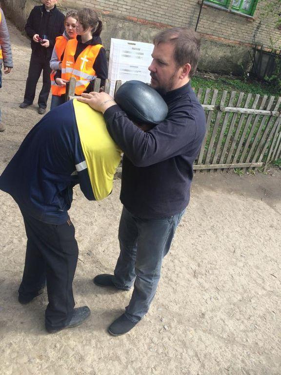 Фото дня: мужчина на Донетчине расплакался, получив бесплатный хлеб