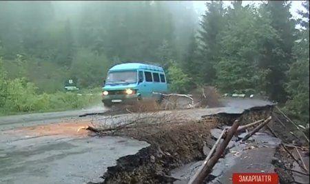 Дорога смерти: на Закарпатье перевал может рухнуть в любую минуту