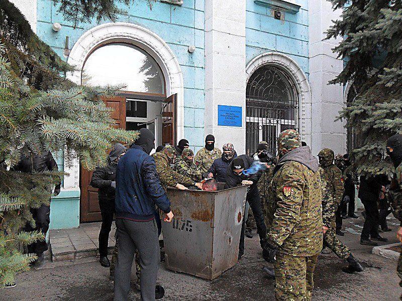 """""""Правый сектор"""" выбросил в мусор депутата из """"Народного фронта"""""""