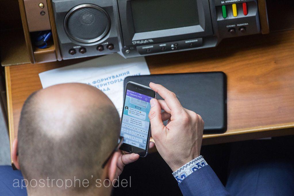 Посланный Яценюком нардеп получил SMS-похвалу за троллинг