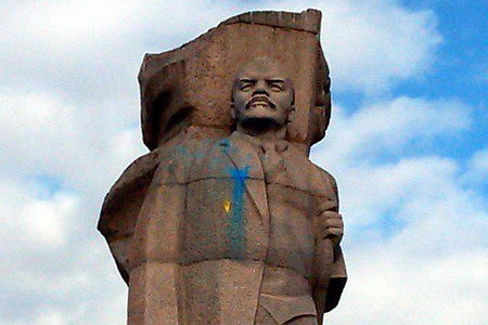В России очередного Ленина раскрасили в цвета украинского флага