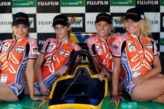 Самые пышногрудые девушки Формулы-1