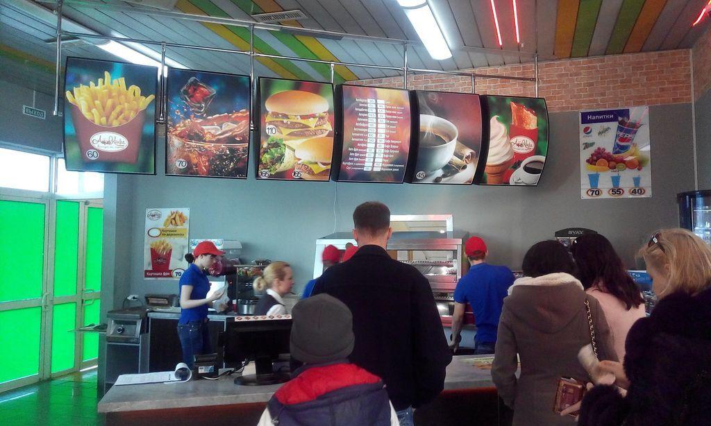 Оккупанты открыли в Крыму плагиатный McDonalds: фотофакт