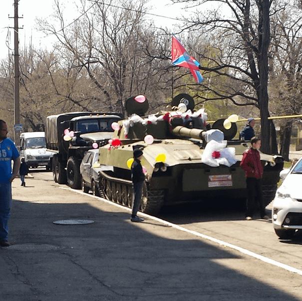 В Красном Луче террорист-жених разъезжал на украшенном танке