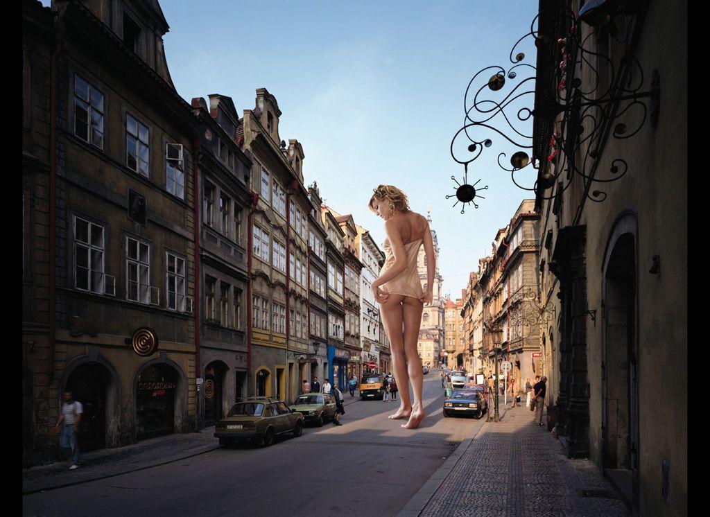 Гигантские женщины заполонили улицы городов