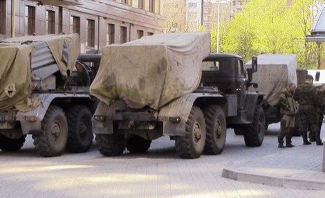 """Під приводом параду терористи повертають у Донецьк """"відведену"""" техніку: фото- і відеофакт"""