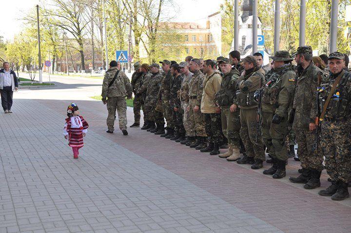 """""""Кто генералиссимус?"""" Маленькая украинка командует военными: фото дня"""