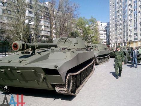 "Террористы вытащат на ""парад"" в Донецке небоеспособную технику"
