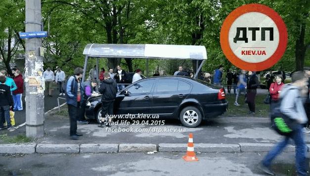 """У Києві """"Шкода"""" вщент розгромила зупинку з дітьми: фото з місця подій"""