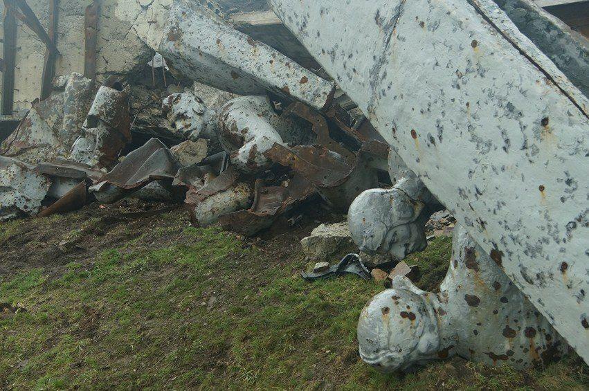 Десятки свіжих поховань бойовиків на Саур-Могилі і уламки старих пам'ятників: моторошні фото кургану