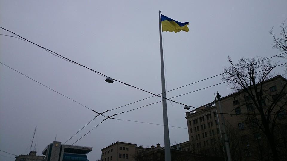 У центрі Харкова підірвали стелу з прапором України: фото з місця подій