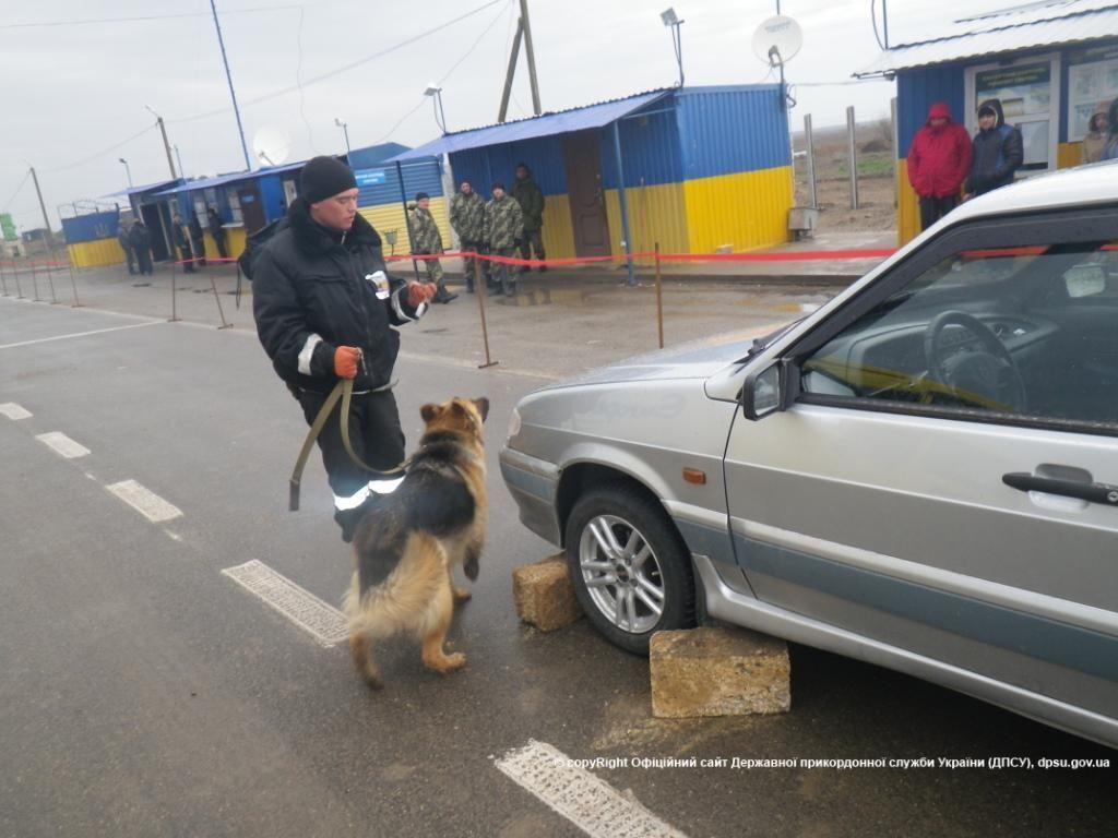 Прикордонники на виїзді з Криму затримали псевдоукраїнця зі зброєю