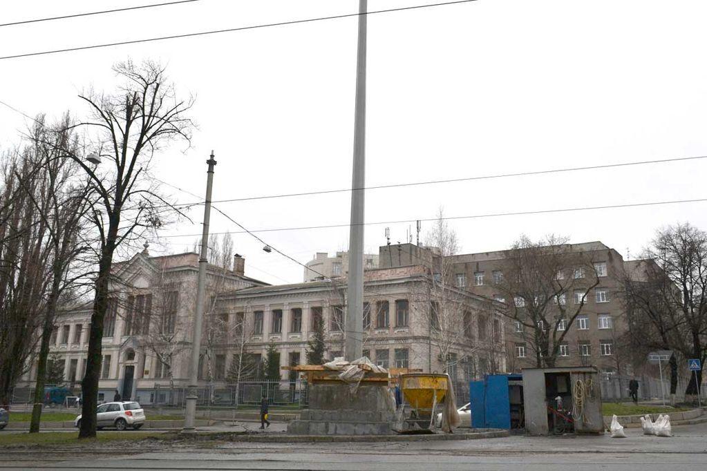 У Харкові відновлюють підірвану стелу. Фотофакт