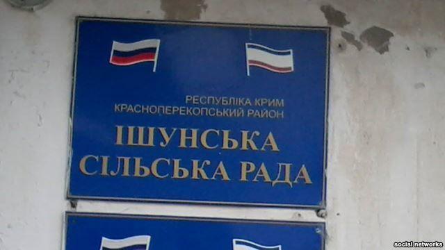 Оккупанты в Крыму перекрашивают украинские флаги в российские