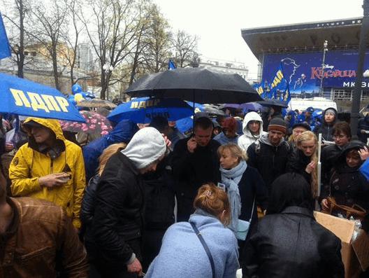 """Москвичи """"кинули"""" Жириновского и побежали за бесплатной кашей"""