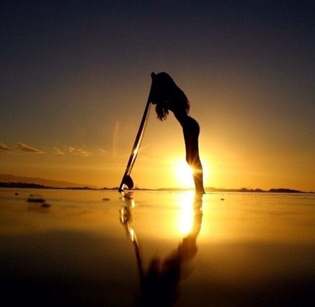 Сексуальная серфингистка покоряет своими формами