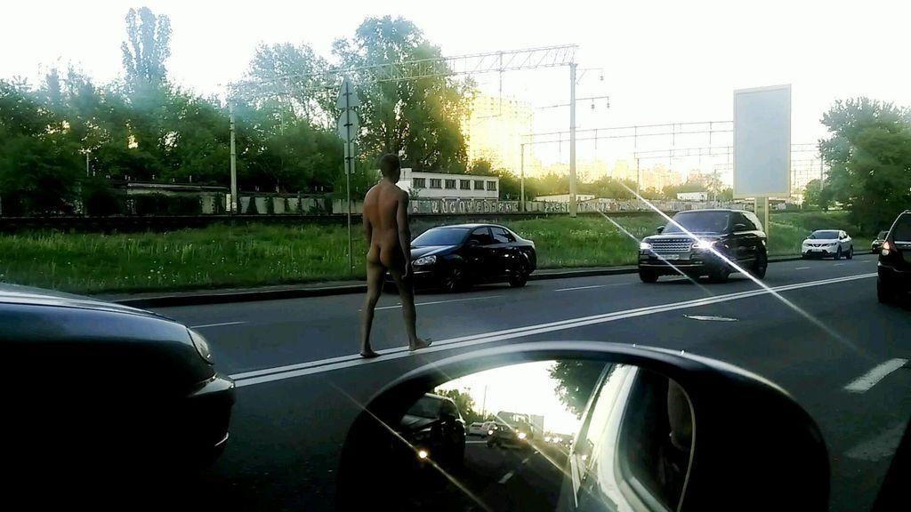 Голый марш. В Киеве нудист прогуливался по проезжей части