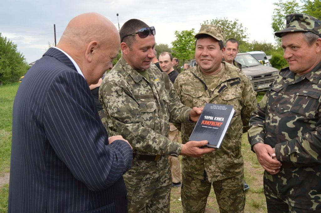 """На Луганщині місцеві жителі """"розгромили"""" ЗСУ: фотофакт"""