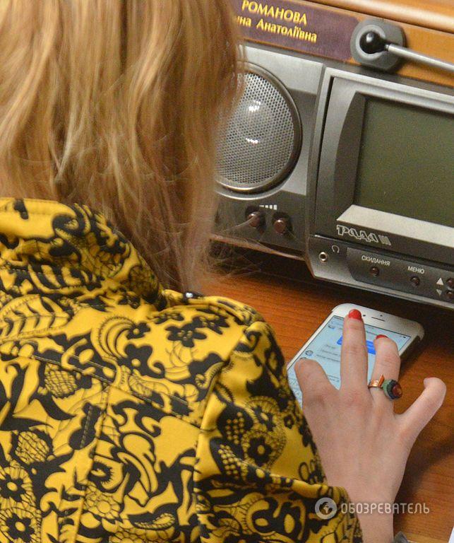 """Мереживне декольте Сюмар, смартфони і фанати """"Дніпра"""": як чепуряться нардепи"""