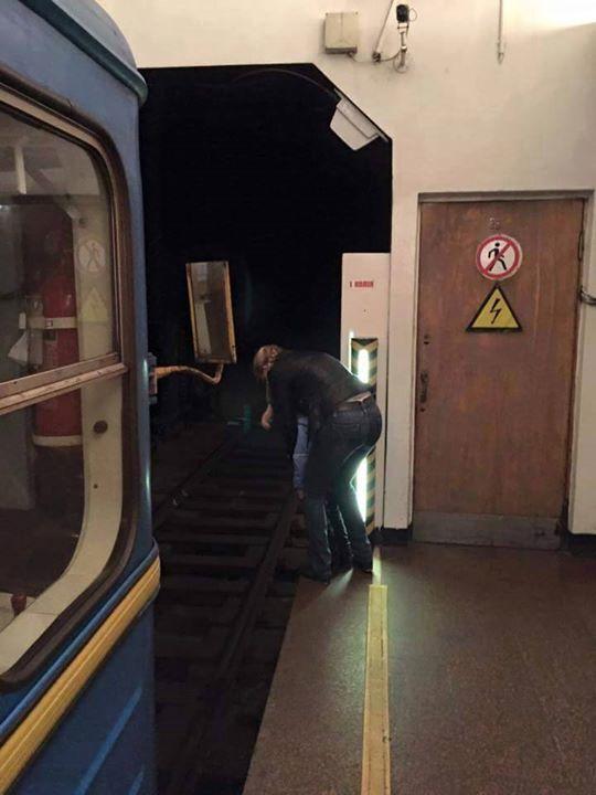 Неожиданно: в киевском метро мальчик сходил в туалет на рельсы