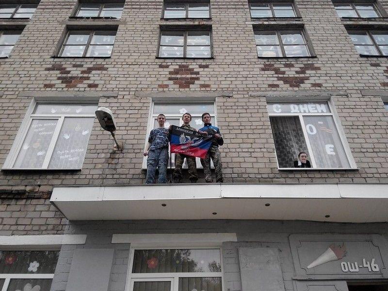 """У Донецьку школярі-терористи """"вбивали"""" дітей-українців: фотофакт"""