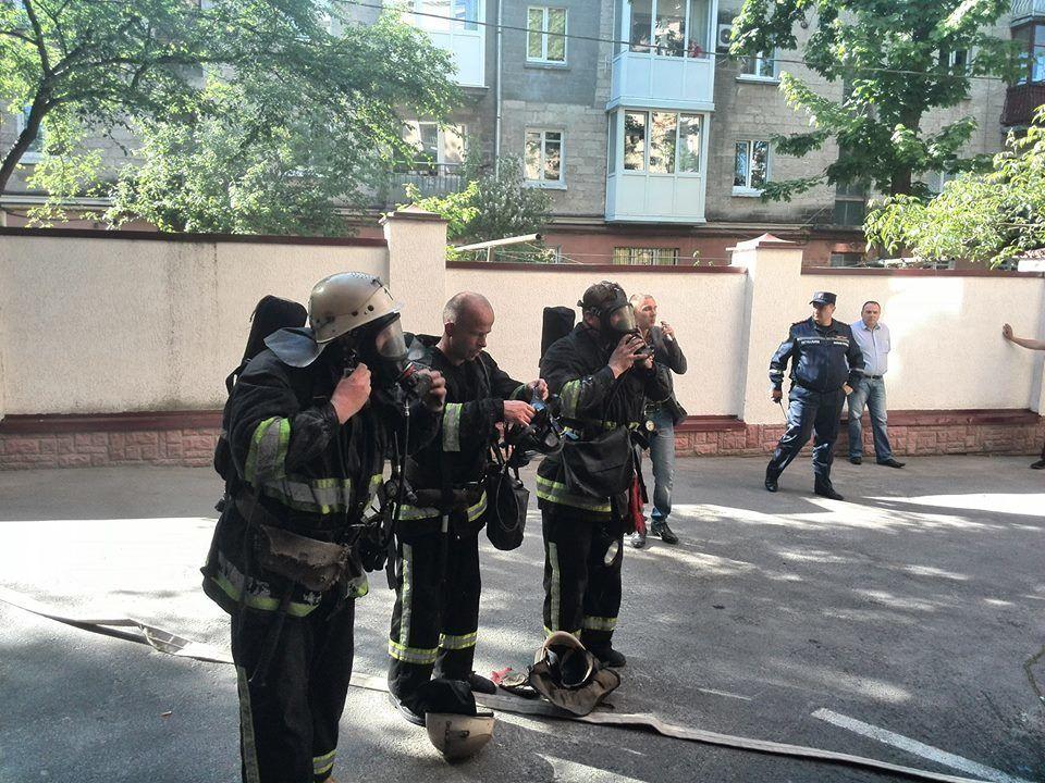 Мэрию Тернополя заблокировали люди в масках. В здании пожар
