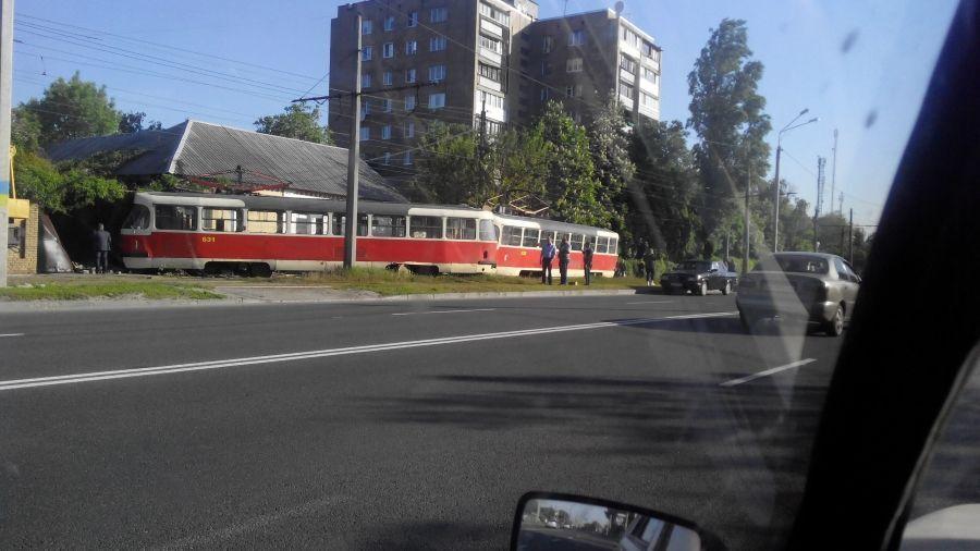 У Харкові трамвай врізався в житловий будинок: є постраждала