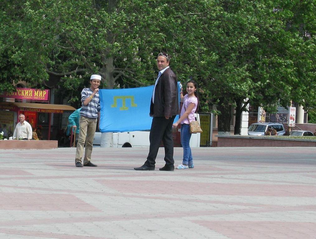 В Крыму оккупанты объявили вне закона флаг крымских татар