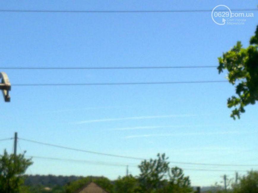Над Мариуполем засняли следы от четырех неизвестных самолетов
