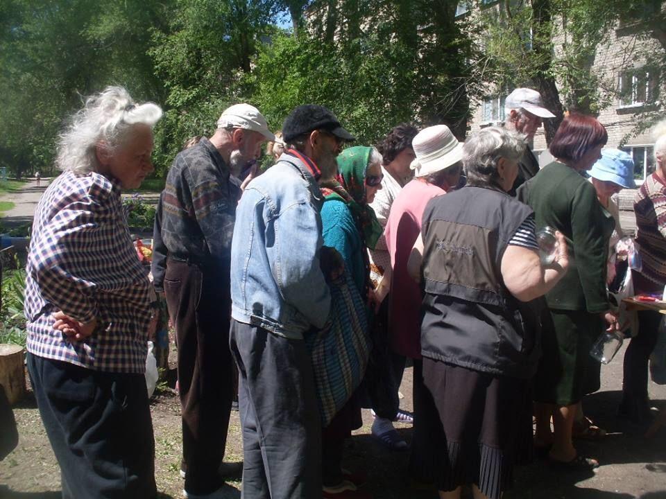 Голодающие Луганска. Очередь за бесплатной кашей не уменьшается