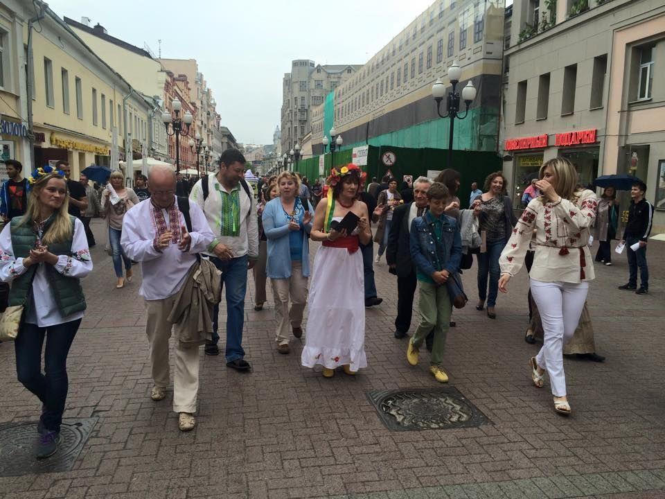 Уважили Украину! В центре Москвы прошел парад вышиванок