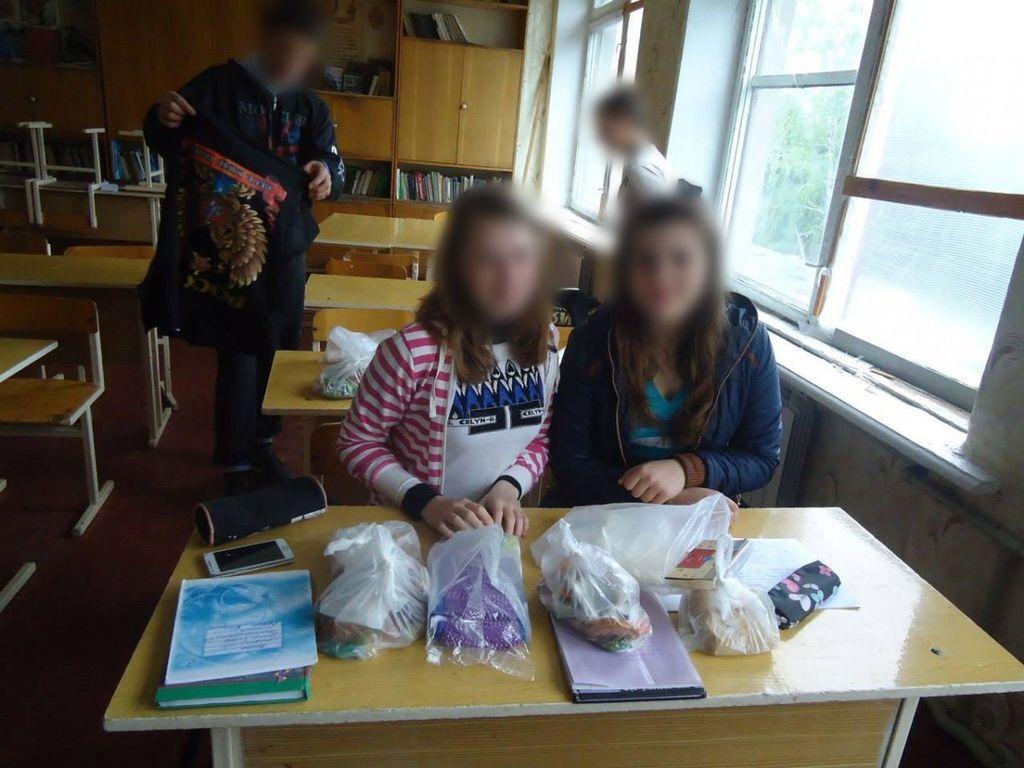 """Российский """"гумконвой"""" одел детей в футболки с пропагандой: фотофакт"""
