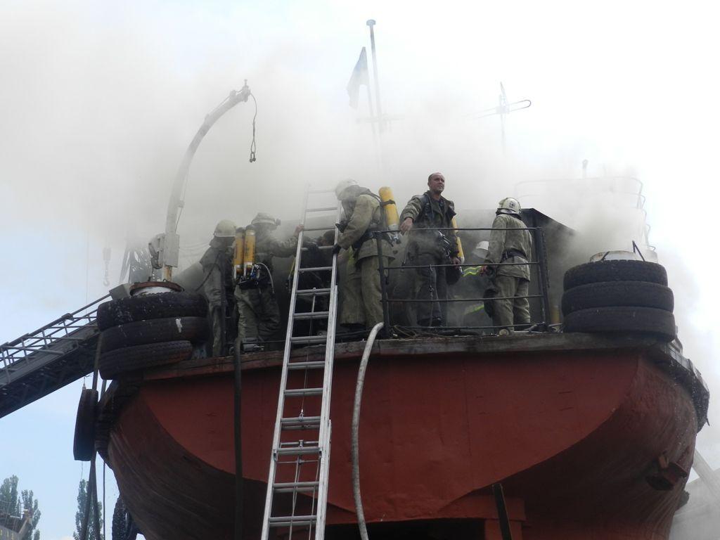 У Херсоні спалахнув корабель: фото з місця подій