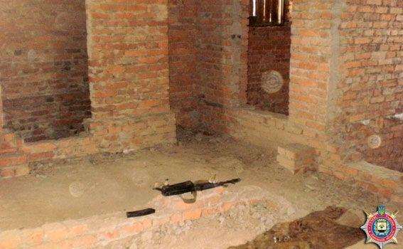 У Дзержинську знайшли схованку зі зброєю та боєприпасами: фото з місця подій