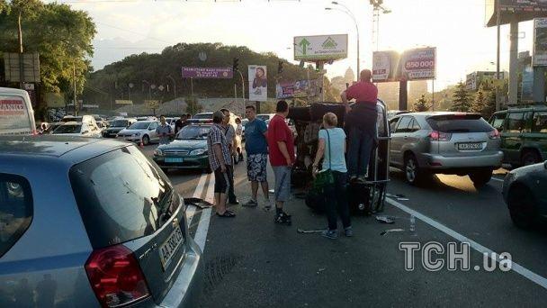Возле моста Патона произошло масштабное ДТП: опубликованы фото
