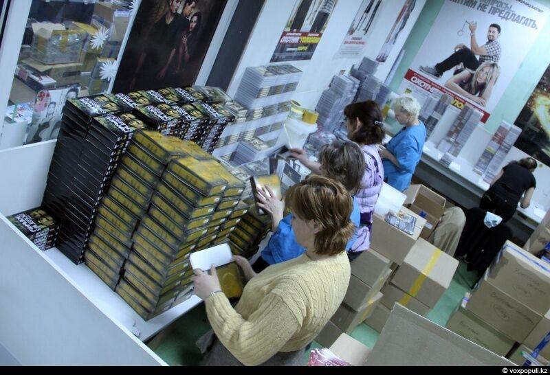 Сначала в DVD-боксы вставляется полиграфия, затем диски. Девушки делают это с невероятной скоростью