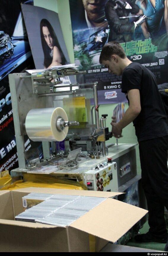 Собранные диски попадают на станок, где упаковываются в целлофановую пленку