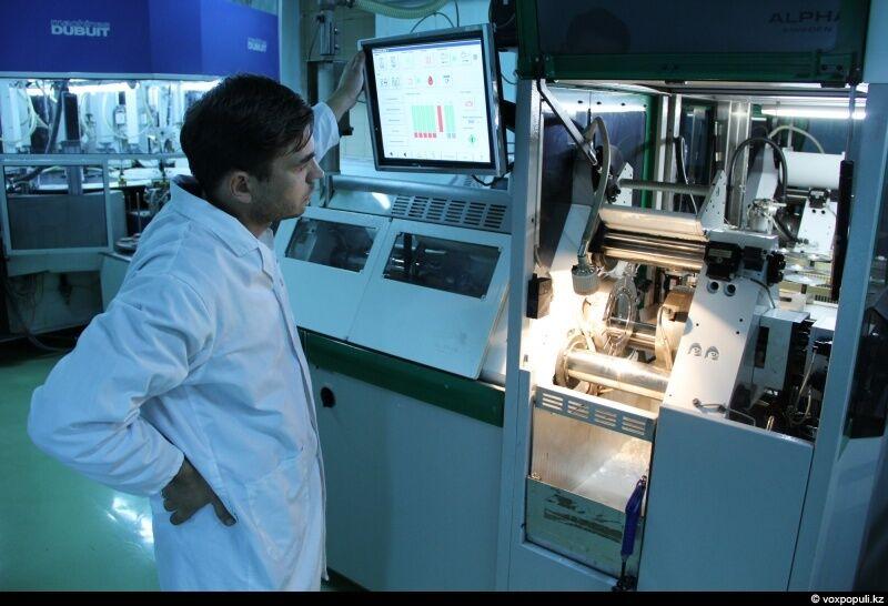 Производство компакт-дисков – процесс полностью автоматизированный, однако за ним наблюдает главный инженер завода Сергей Вотинцев
