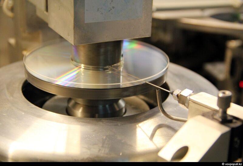 Затем заготовки склеиваются между собой прозрачным клеем, который центрифугой разматывается по поверхности для равномерной склейки....