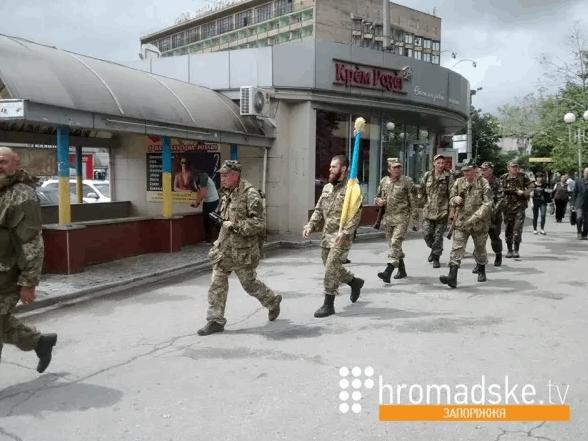 Бойцов ВСУ заставили пешком идти из Запорожья в Мариуполь